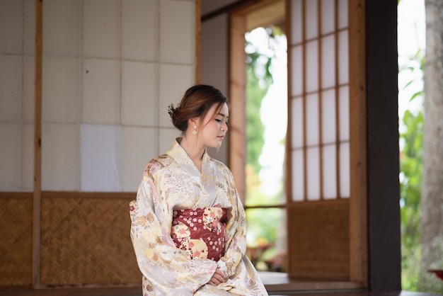 Linda garota vestindo yukata japonês