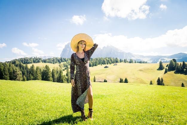 Linda garota viajando nas dolomitas, itália
