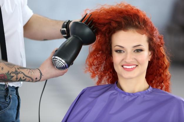 Linda garota visita um salão de cabeleireiro