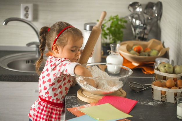 Linda garotinha baker na cozinha