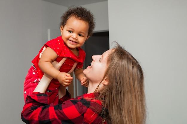 Linda garotinha com a mãe em casa