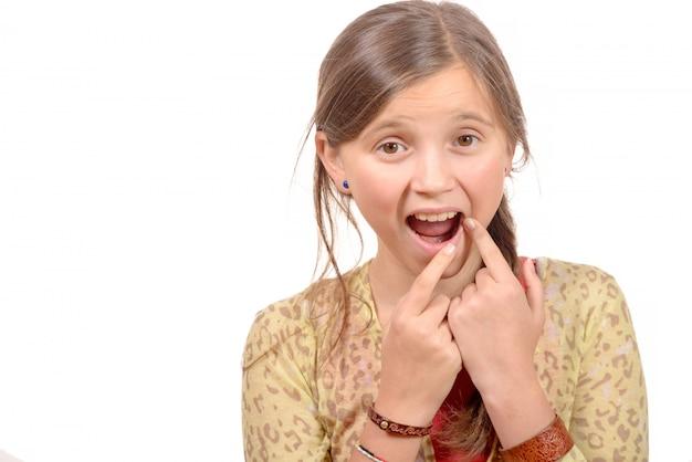 Linda garotinha com dor de dente
