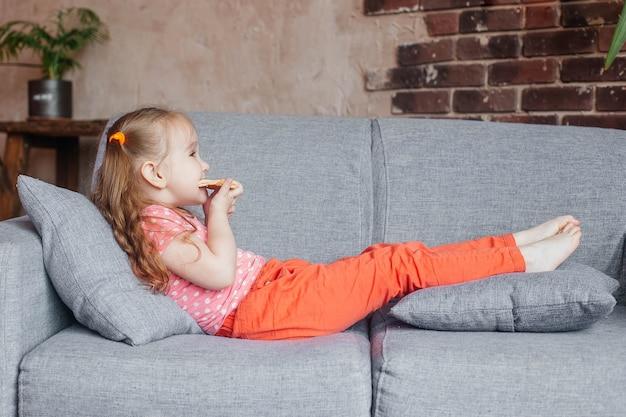 Linda garotinha comendo pizza em casa