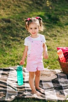 Linda garotinha em um piquenique