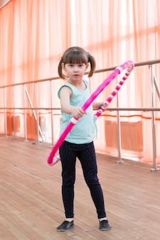 Linda garotinha fazendo esportes.