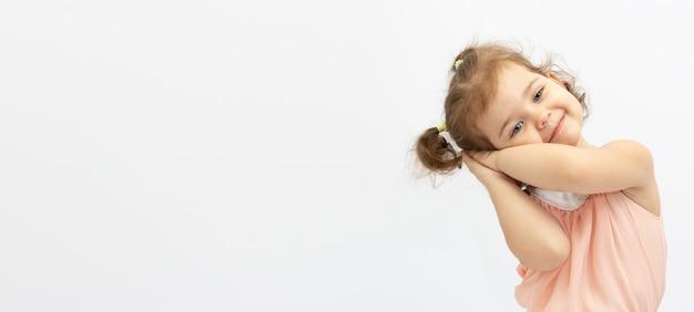 Linda garotinha isolada em uma superfície branca