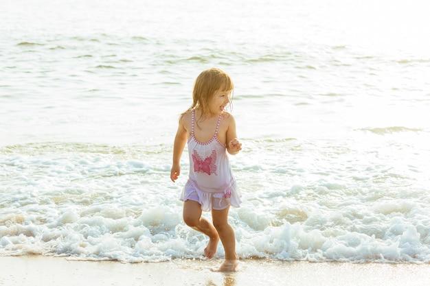 Linda garotinha no mar