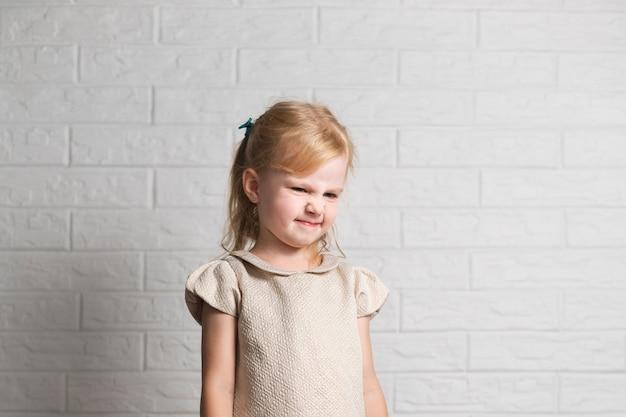 Linda garotinha olhando para a câmera