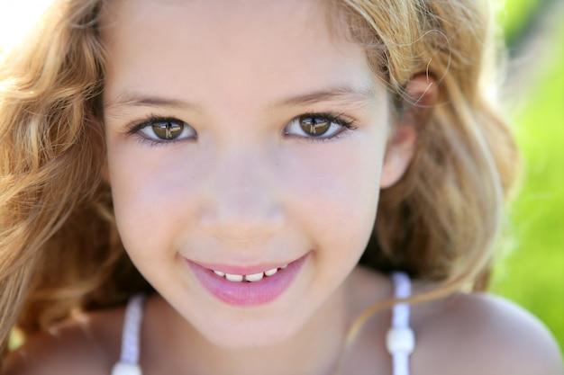 Linda garotinha retrato sorridente closeup fac