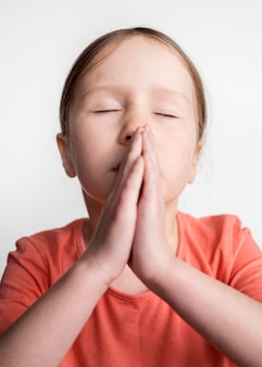 Linda garotinha rezando
