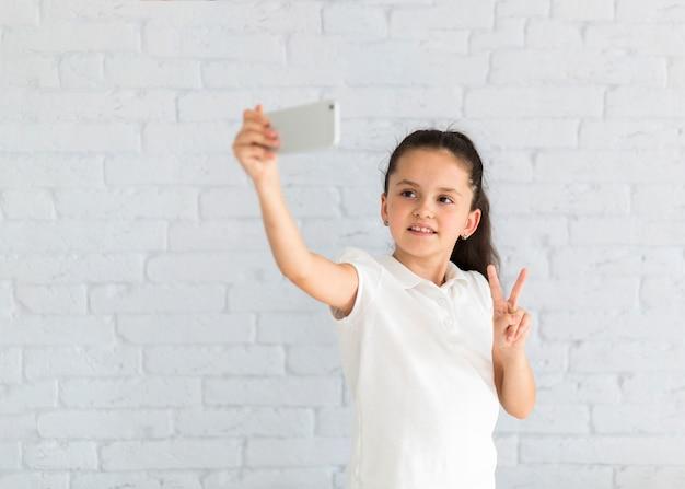 Linda garotinha tomando uma selfie