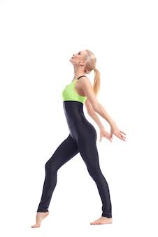 Linda graciosa ginasta feminina posando em fundo branco