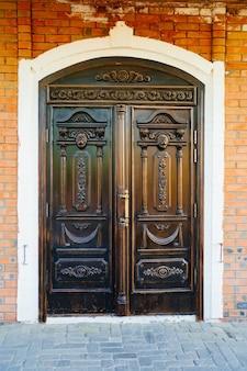 Linda grande porta em estilo retro. a entrada de uma antiga casa ou restaurante, um hotel no estilo vintage.
