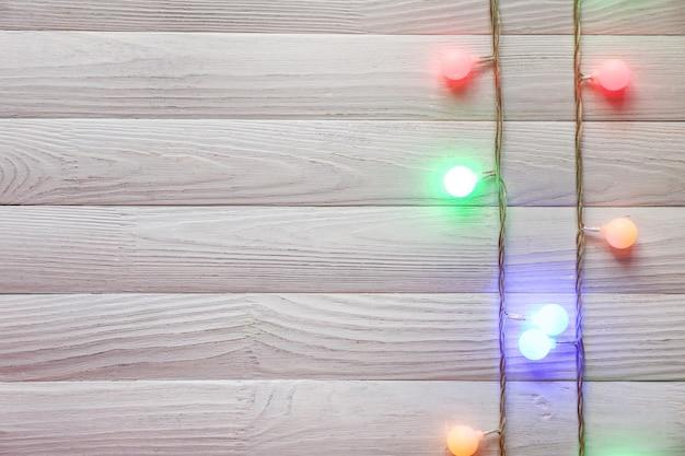 Linda guirlanda brilhante em madeira branca