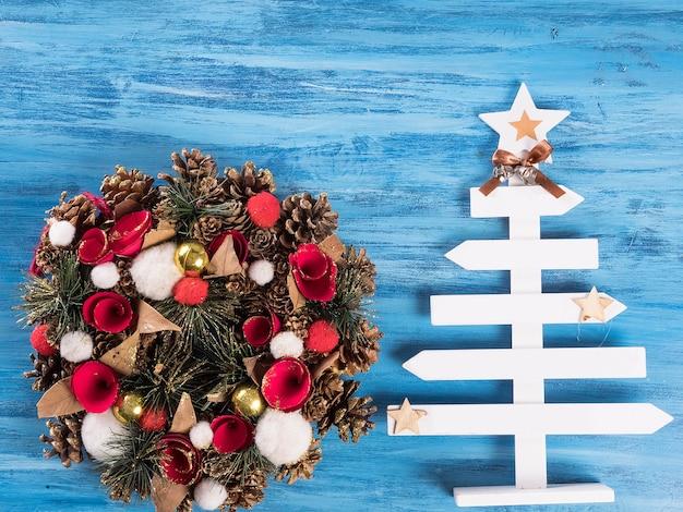Linda guirlanda de natal com decoração de interior festiva em backgtround vintage azul. preparação para férias.