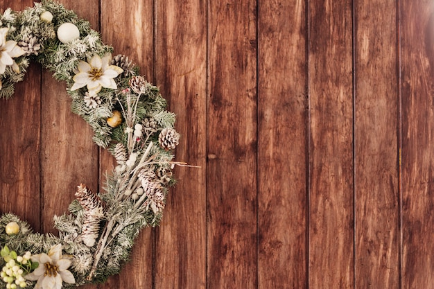 Linda guirlanda de natal verde com flores brancas