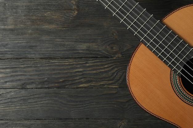 Linda guitarra clássica de seis cordas na mesa de madeira