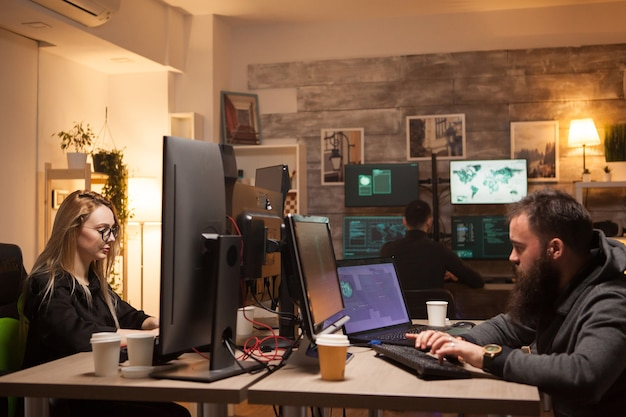 Linda hacker feminina trabalhando em conjunto com criminosos cibernéticos. equipe de hackers.