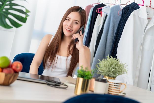 Linda influenciadora asiática trabalhando com empresário alegre e entusiasta