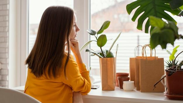 Linda jardineira sentada em uma cadeira