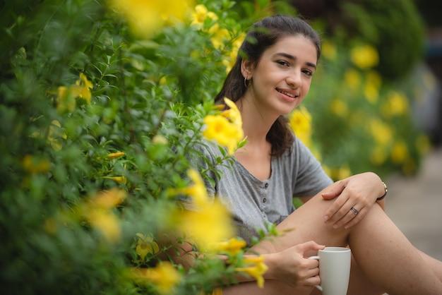 Linda jovem acordou de manhã para exercícios de ciclismo ao ar livre, estilo de vida saudável, rotina matinal no parque, conceito de atividade ao ar livre. bom tempo e nascer do sol.