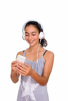 Linda jovem adolescente usando um vestido sem mangas isolado contra o espaço em branco