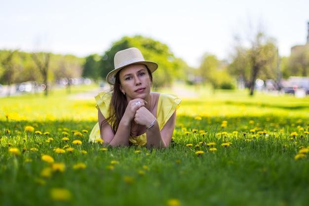 Linda jovem deitada em um campo de flores