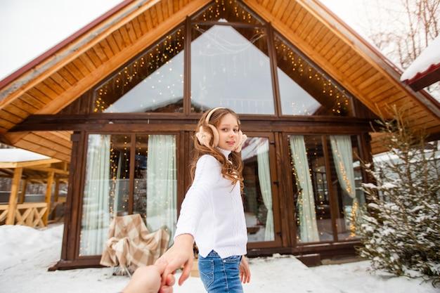 Linda jovem em um suéter branco