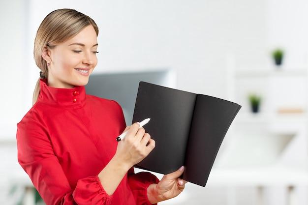 Linda jovem empresária apontando para cópia espaço isolado