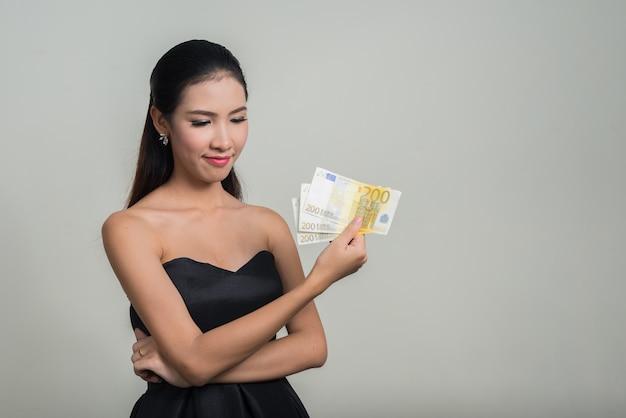 Linda jovem empresária asiática contra o espaço em branco