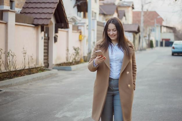 Linda jovem empresária entre as casas que ela vende. conceito de agente imobiliário.