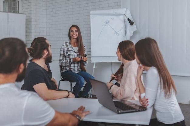 Linda jovem empresária levando reunião no escritório