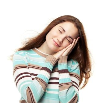 Linda jovem fingindo dormir e ter bons sonhos