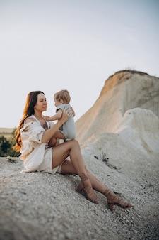 Linda jovem mãe com filho pequeno