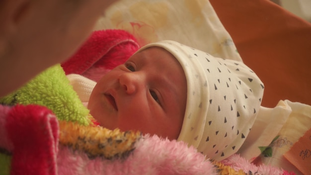 Linda jovem mãe com um bebê recém-nascido nos braços
