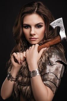 Linda jovem morena com um machado