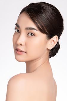 Linda jovem mulher asiática com pele limpa e fresca, cuidados para o rosto, tratamento facial, cosmetologia, beleza, retrato de mulheres asiáticas,
