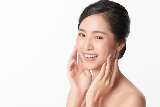 Linda jovem mulher asiática com pele limpa, fresca, cuidado facial, tratamento facial, cosmetologia, beleza, retrato de mulher asiática