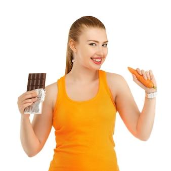 Linda jovem pensando no que comer para perder peso