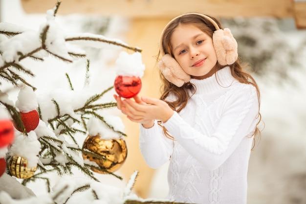 Linda jovem perto da árvore de natal