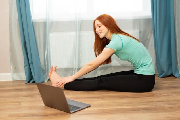 Linda jovem ruiva está envolvida em treinamento online