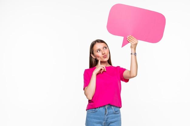 Linda jovem segurando um balão de fala para texto, isolado