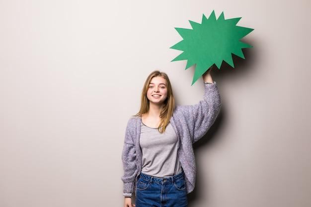 Linda jovem segurando uma bolha amarela para texto, isolada