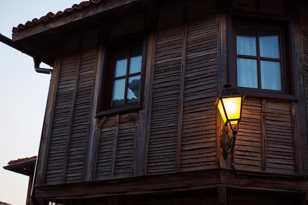 Linda lâmpada antiga à noite, close-up