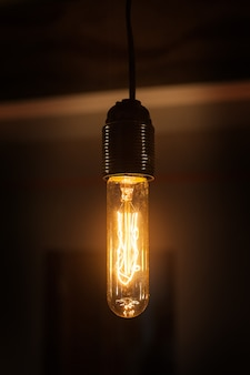 Linda lâmpada vintage brilha no quarto