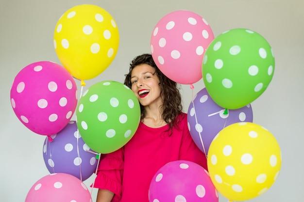 Linda linda garota alegre com balões coloridos.
