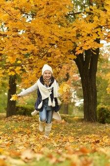 Linda linda garota com botas brancas em uma caminhada diária no parque