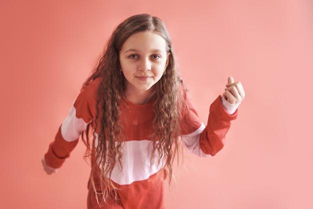 Linda linda garota dançando, moderno estilo hip-hop slim adolescente pulando