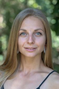 Linda loira caucasiana no fundo da natureza. um retrato de uma jovem em um jardim tropical, tailândia, close-up