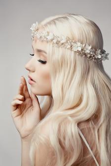 Linda loira com tiara